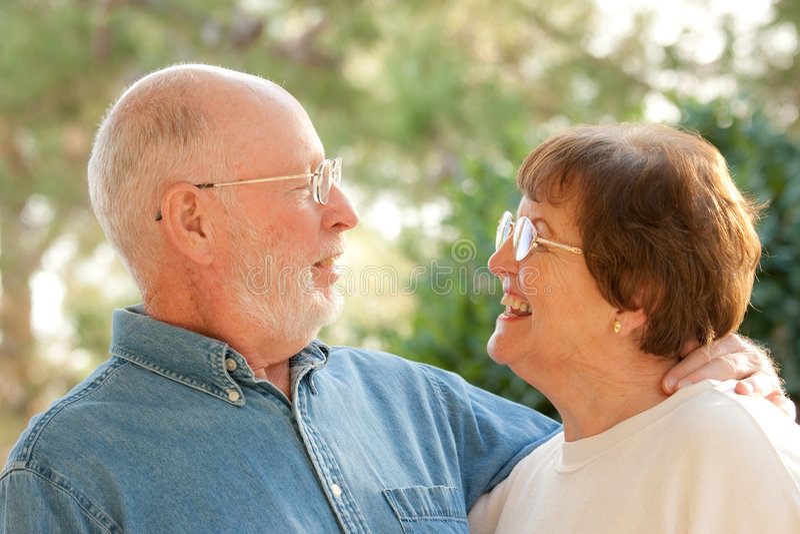старший портрета пар счастливый напольный стоковые изображения rf