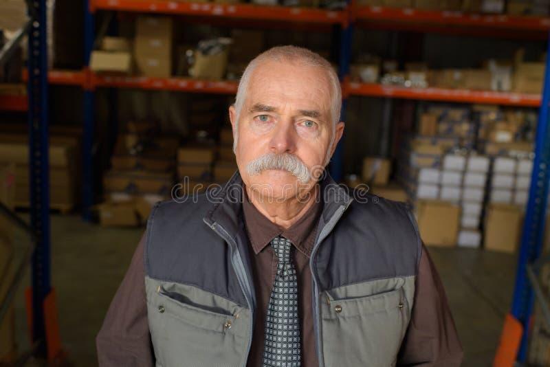 Старший портрет работника в складе стоковые фотографии rf