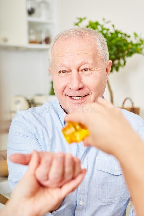 Старший при слабоумие принимая таблетки стоковое изображение