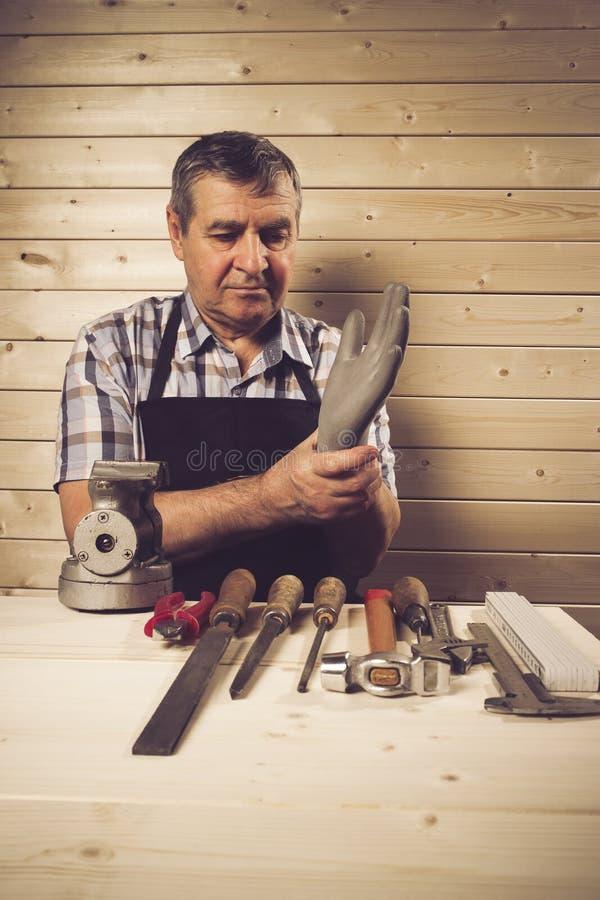 Старший плотник работая в его мастерской стоковое фото rf