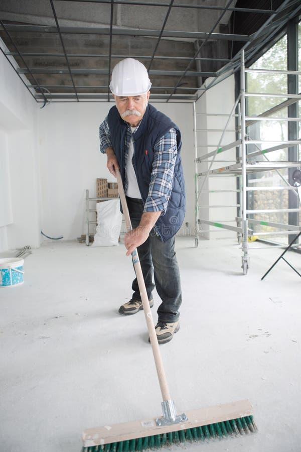 Старший работник в дворе конструкции стоковое фото