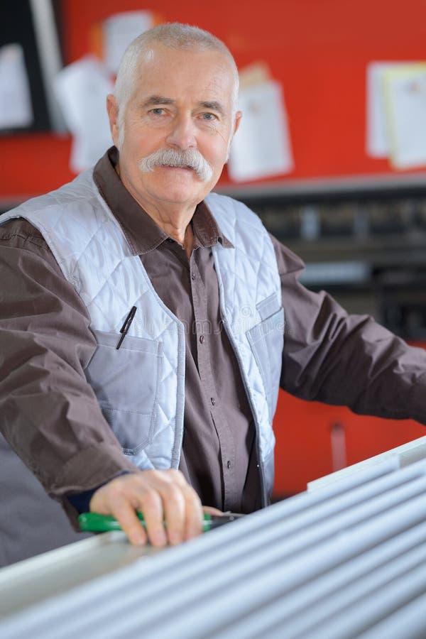 Старший работник смотря вверх в складе стоковое изображение rf