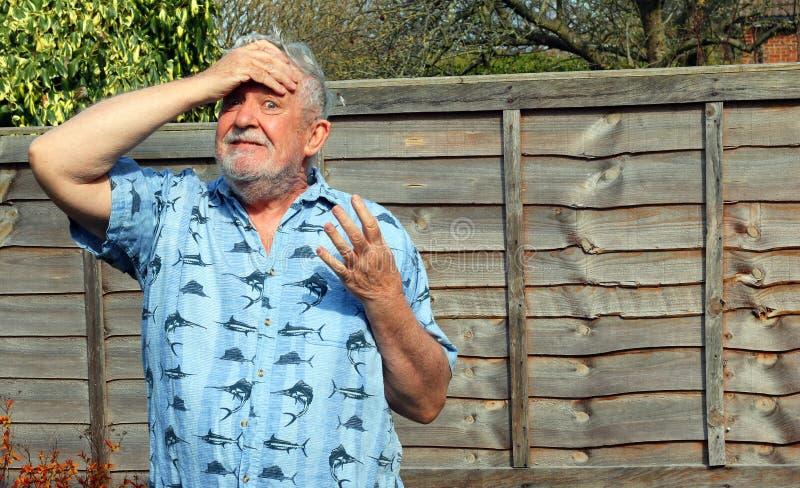 Старший раздражанный человек, он не может верить ему стоковое изображение rf