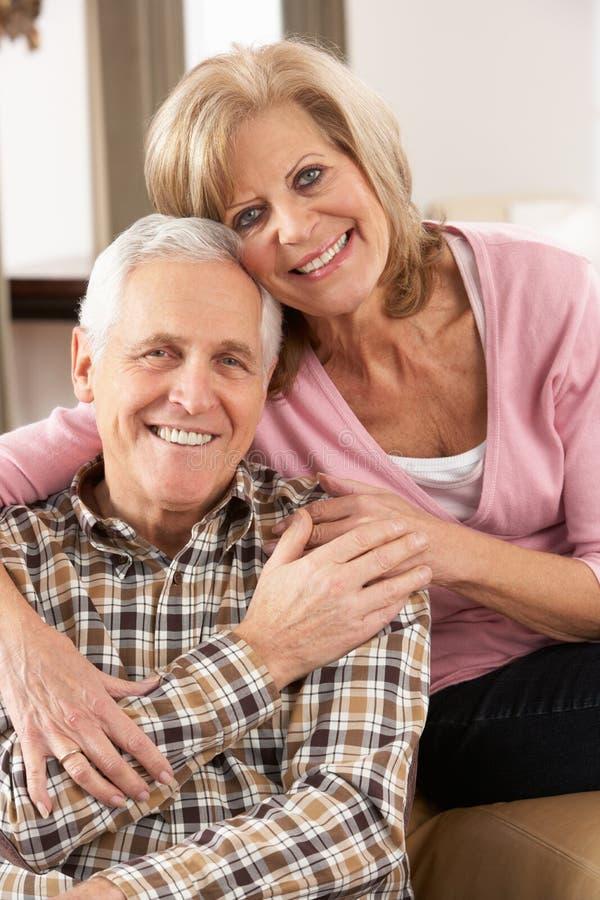 старший счастливого дома пар ослабляя стоковые изображения