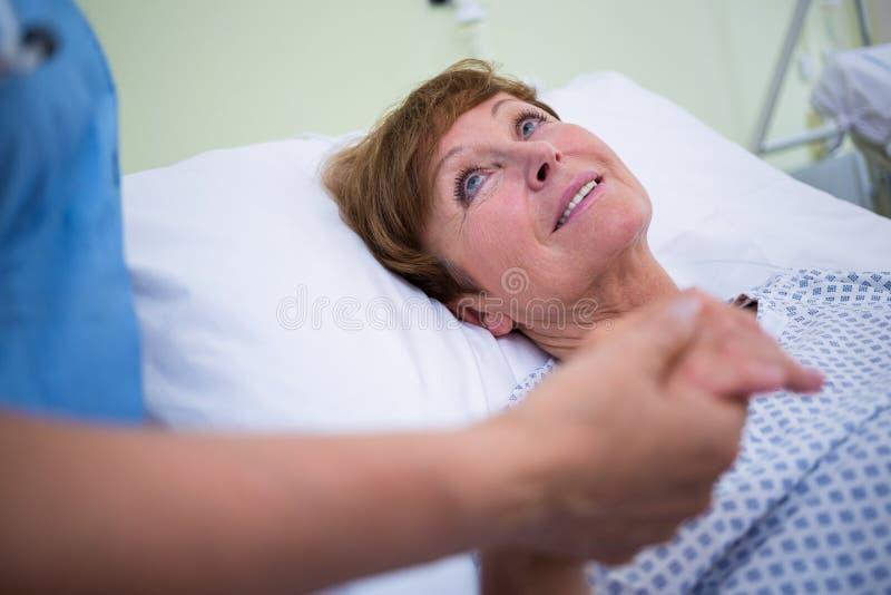Старший терпеливый говорить к медсестре стоковые изображения
