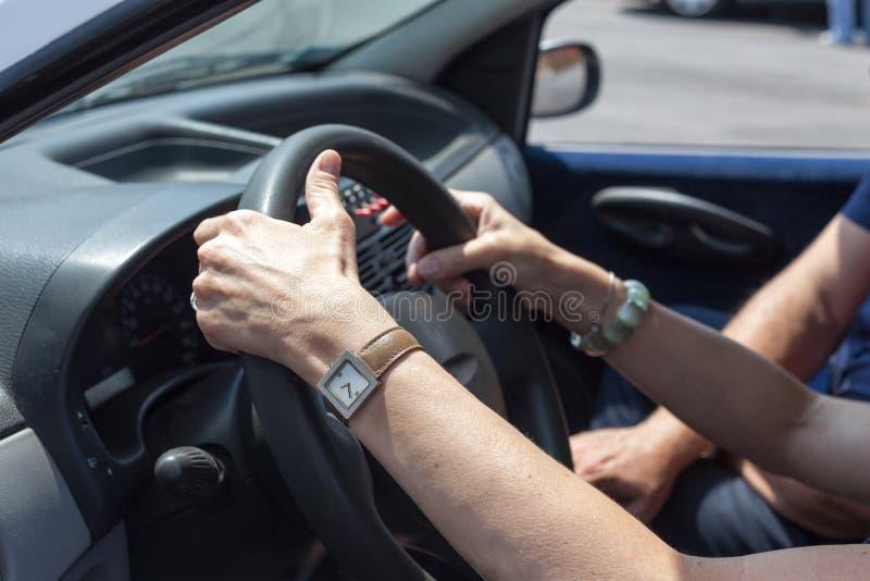 Старший учить управлять автомобилем с инструктором по вождению стоковое фото rf
