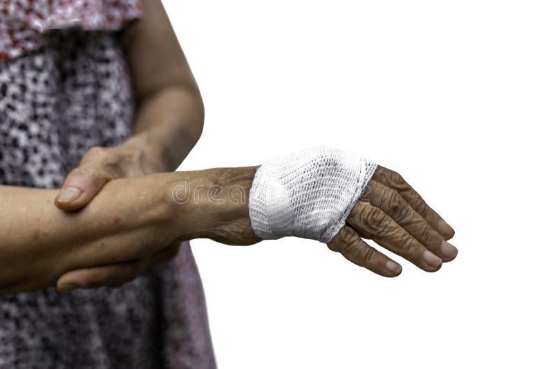 Старший ушиб руки женщины при изолированная повязка стоковая фотография rf