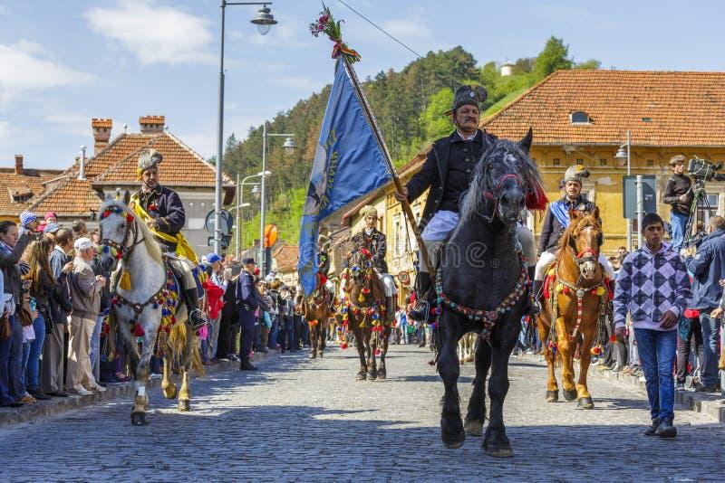 Старший флаг удерживания наездника во время парада Brasov Juni стоковые фотографии rf