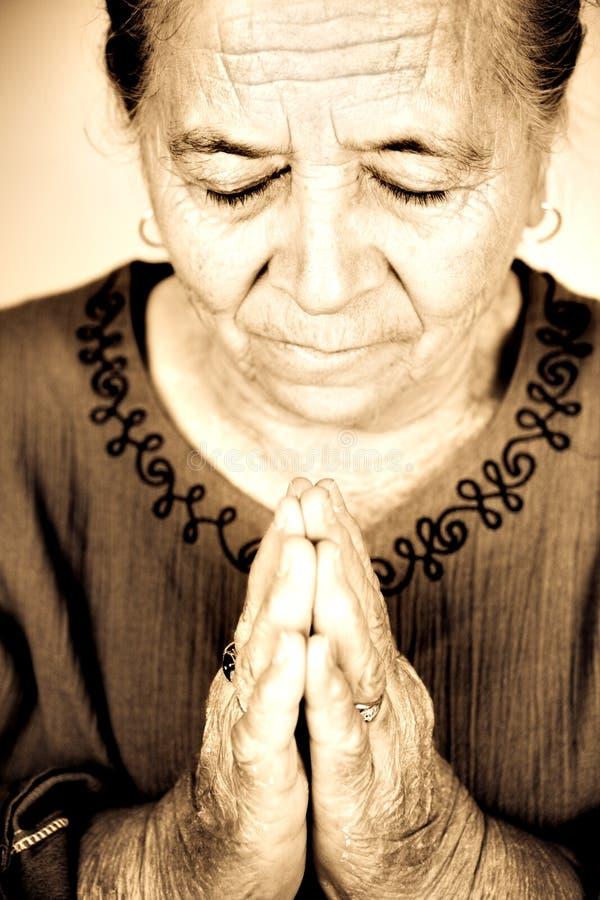 старший христианского бога моля к женщине стоковые фотографии rf