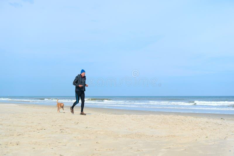 Старший человек бежать на пляже стоковое фото