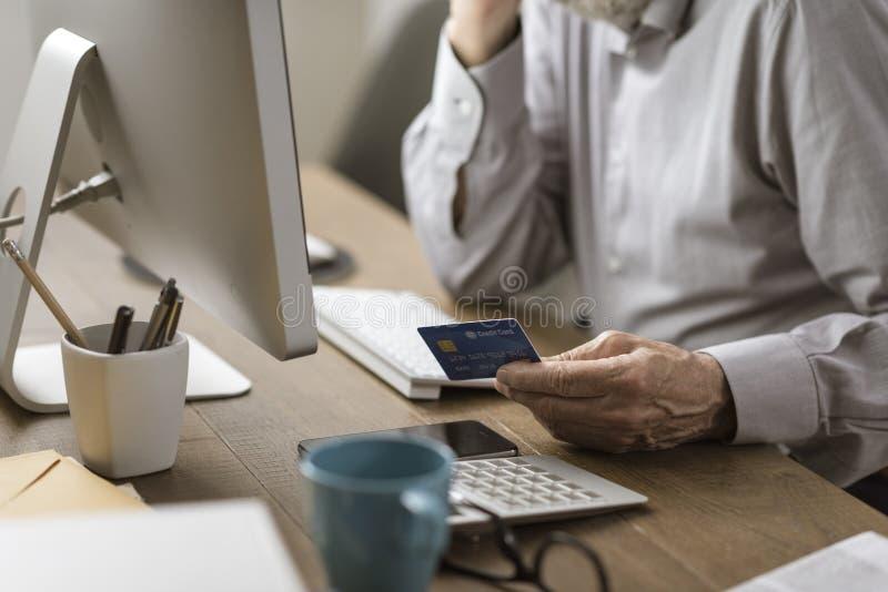 Старший человек делая онлайн покупки с кредитной карточкой стоковые фотографии rf