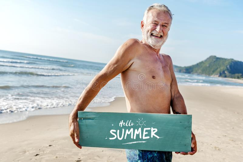 Старший человек держа планку с здравствуйте! летом стоковое изображение rf