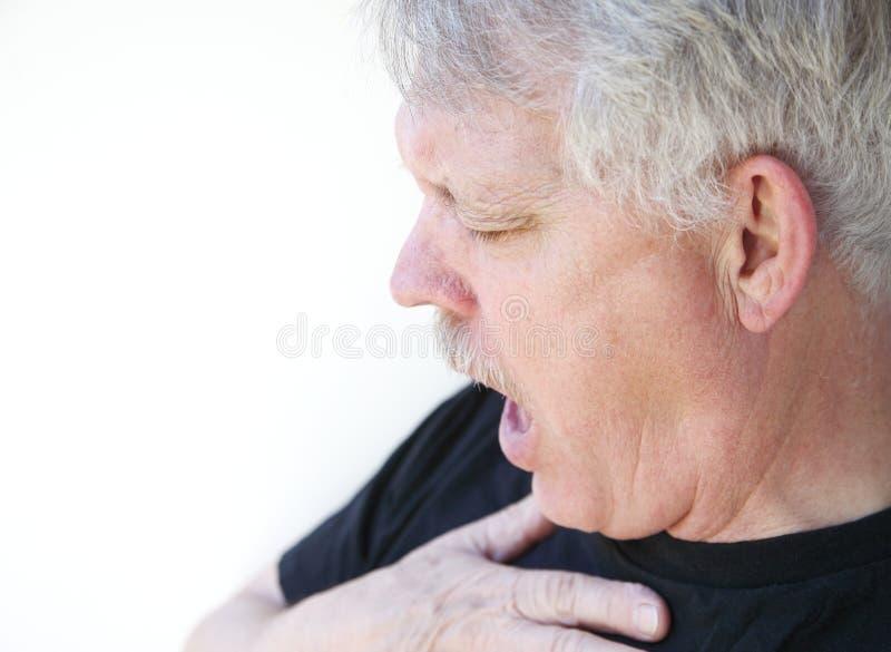 Старший человек задыхаясь для дыхания стоковые фото