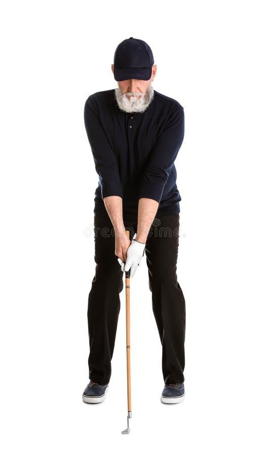 Старший человек играя гольф на белизне стоковая фотография rf