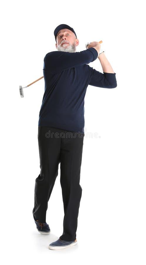 Старший человек играя гольф на белизне стоковое фото