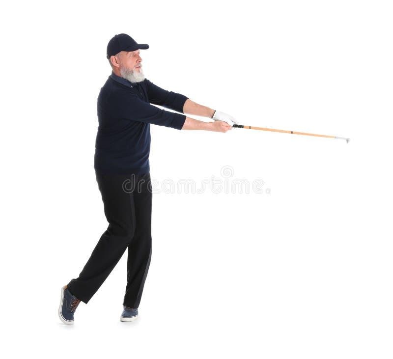 Старший человек играя гольф на белизне стоковые изображения rf