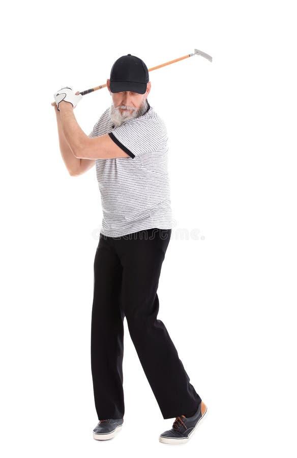 Старший человек играя гольф на белизне стоковые изображения