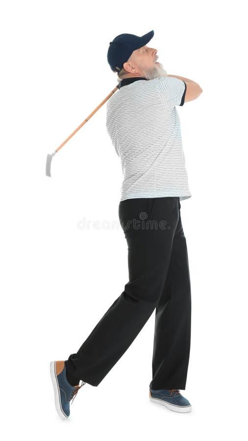 Старший человек играя гольф на белизне стоковые фотографии rf