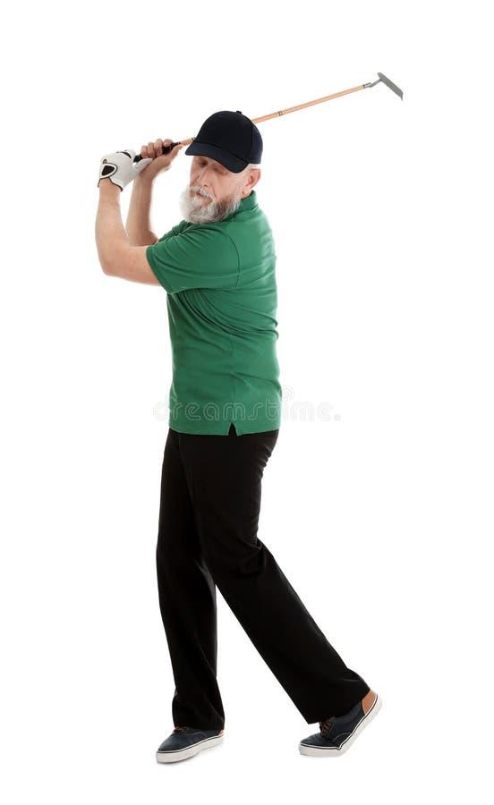 Старший человек играя гольф на белизне стоковое изображение
