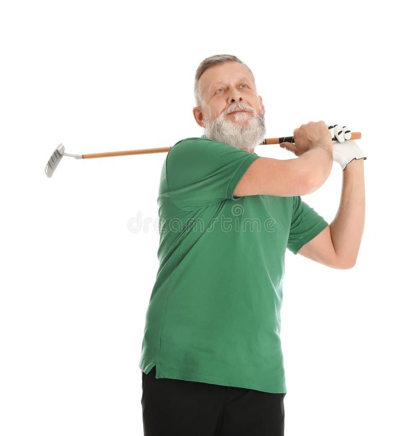 Старший человек играя гольф на белизне стоковое фото rf