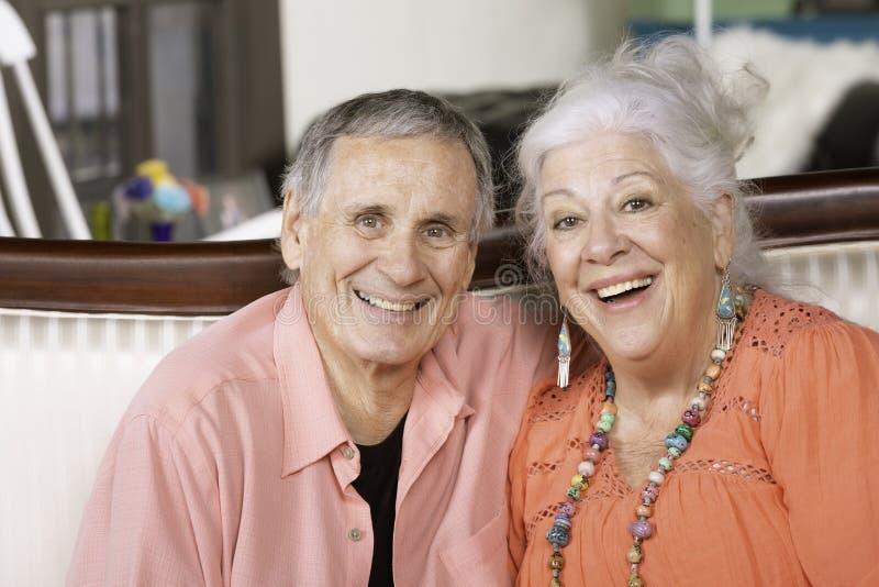 Старший человек и женщина с большими улыбками стоковые изображения