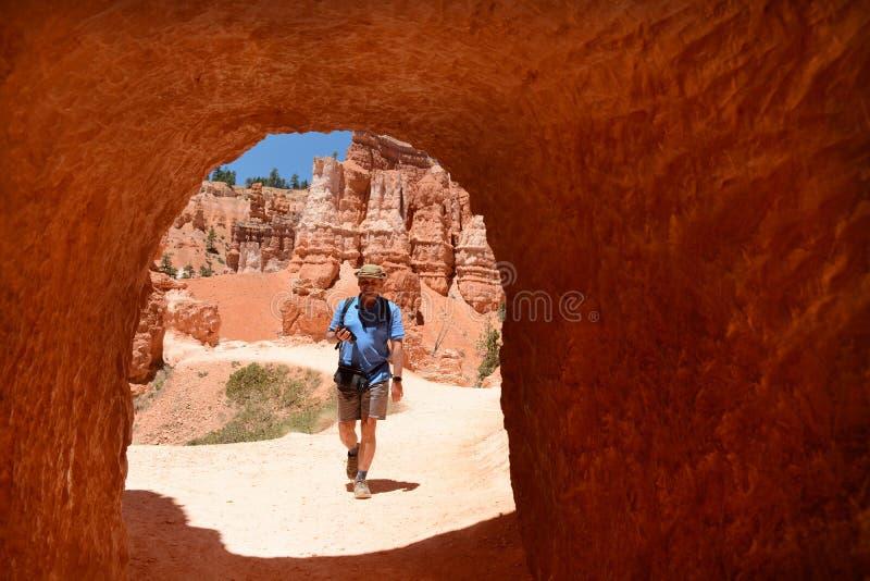 Старший человек на отключении летних каникулов пешем в красных горах стоковая фотография