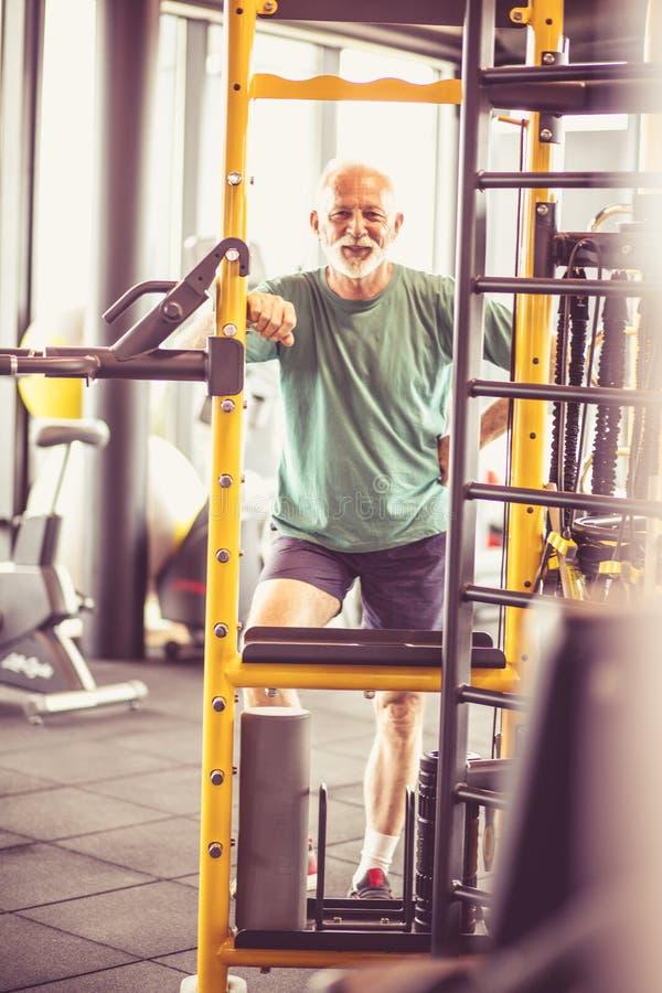 Старший человек на спортзале стоковые изображения rf