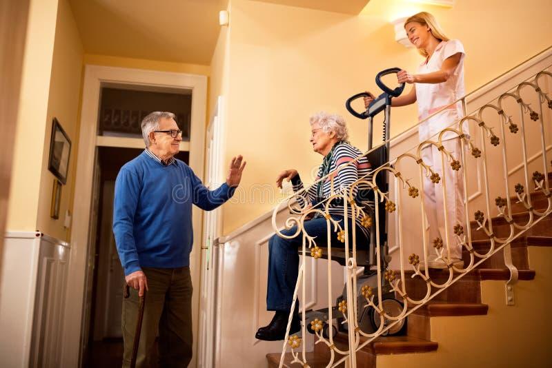 Старший человек прощает с его женой пока она идет к дому престарелых стоковое фото rf