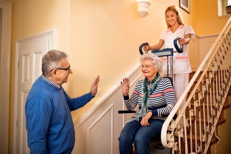 Старший человек прощает с его женой пока она идет к дому престарелых стоковые фотографии rf