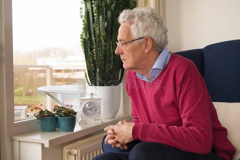 Старший человек самостоятельно в интерьере стоковые фото