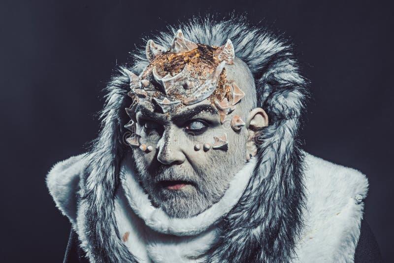 Старший человек с белой бородой одетой как чудовище Темная концепция искусств Демон на черной предпосылке, конце вверх Человек с стоковая фотография rf