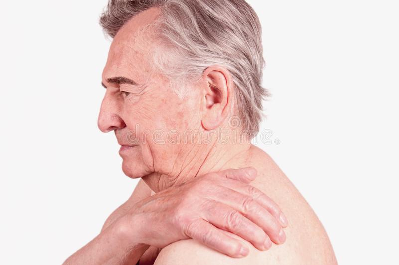 Старший человек с болью в плече стоковые фото