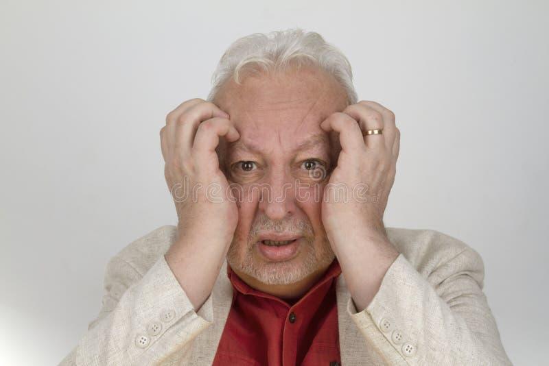 Старший человек с сильной головной болью стоковые фотографии rf