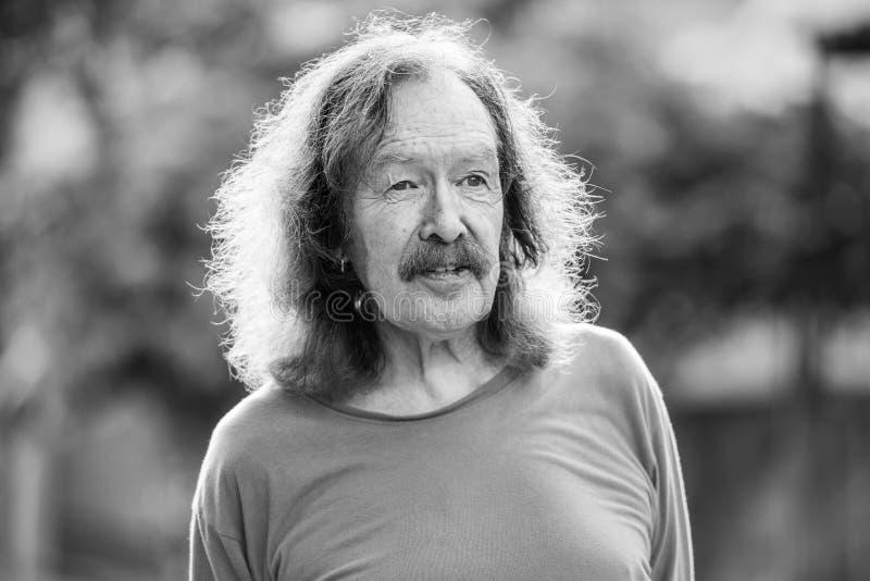 Старший человек с усиком в улицах outdoors в черно-белом стоковые изображения