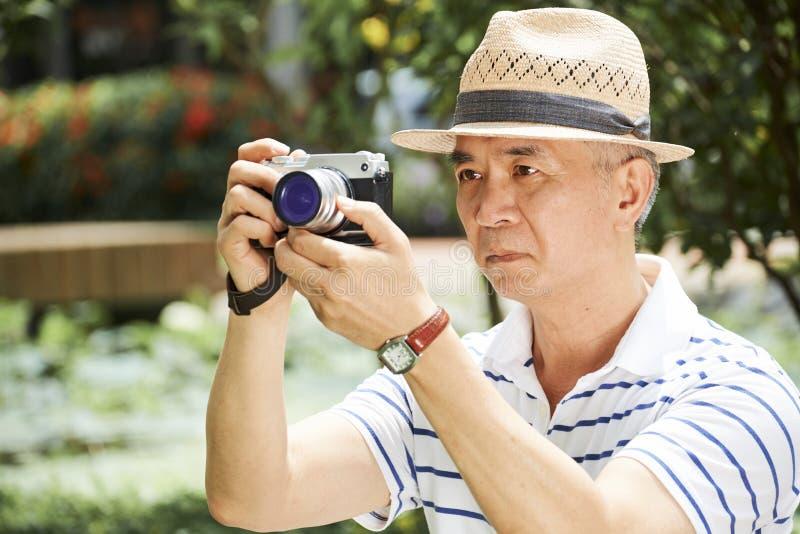 Старший человек с цифровой фотокамерой стоковые изображения rf