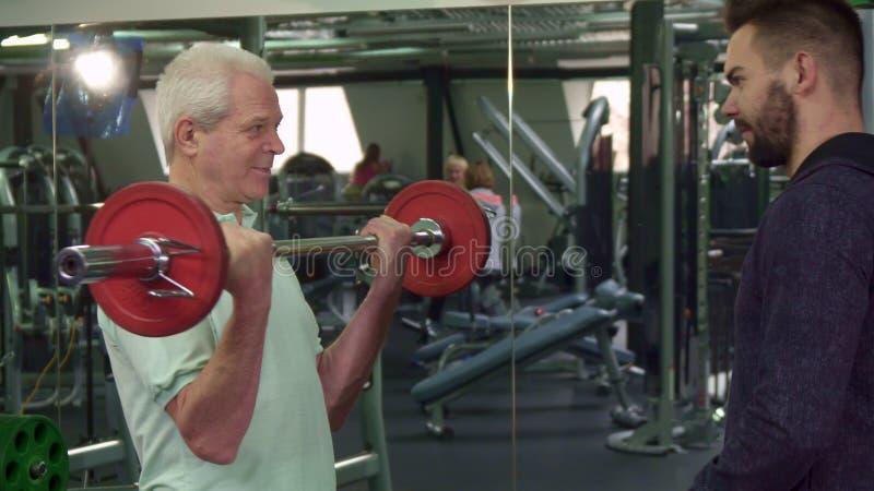 Старший человек тренирует его bicepses стоковая фотография rf