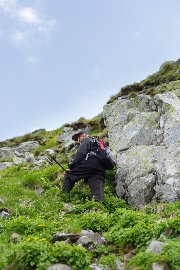 Старший человек в горы стоковое изображение rf
