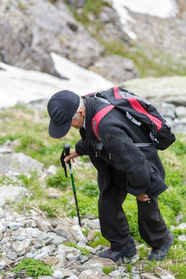 Старший человек в горы стоковые фото