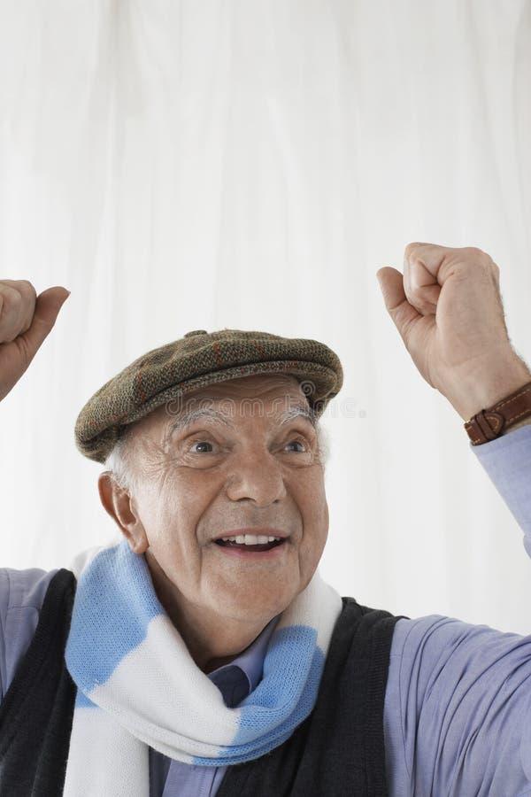 Старший человек в праздновать шарфа футбола стоковое фото rf