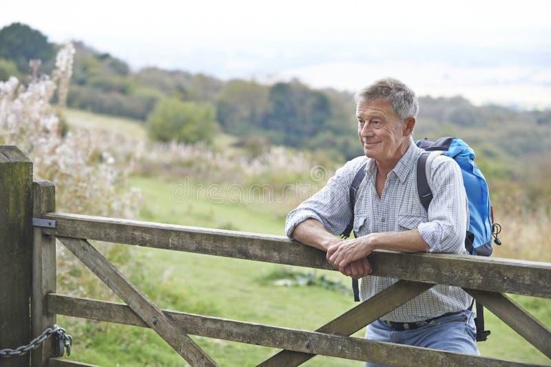 Старший человек в сельской местности отдыхая стробом стоковые фото