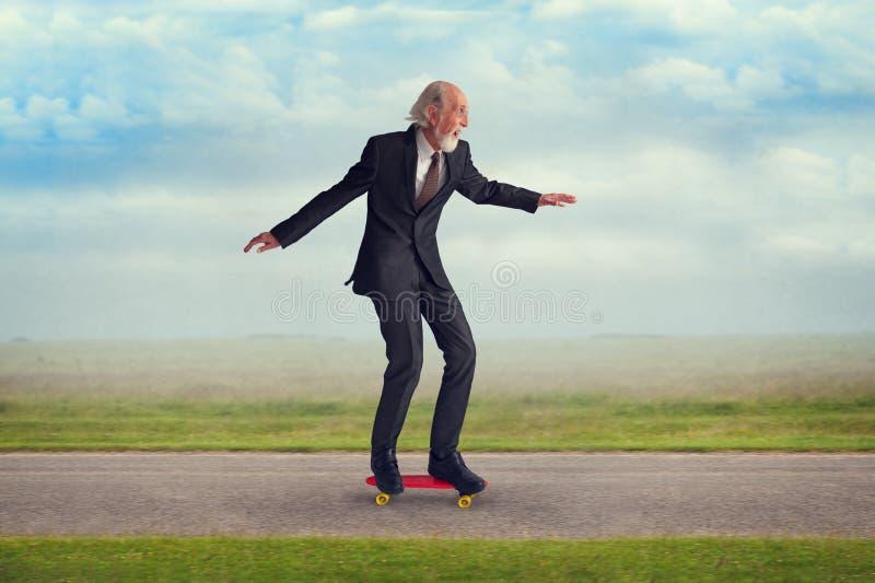 Старший человек ехать скейтборд стоковое изображение rf