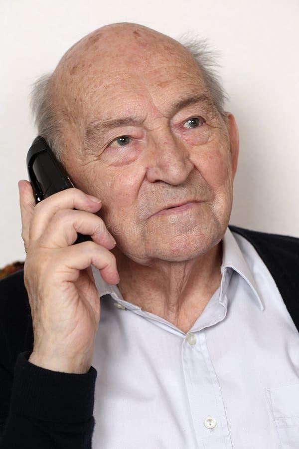 Старший человек звоня телефонный звонок стоковые изображения rf
