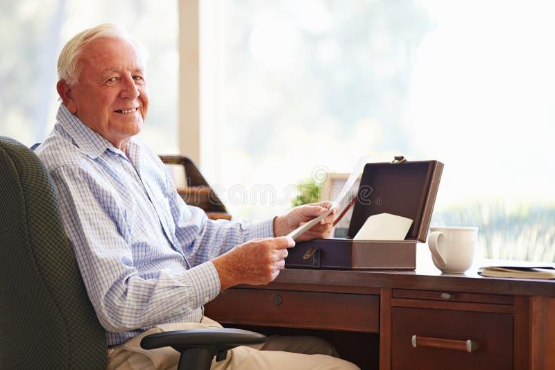 Старший человек кладя письмо в коробку Keepsake стоковое фото rf