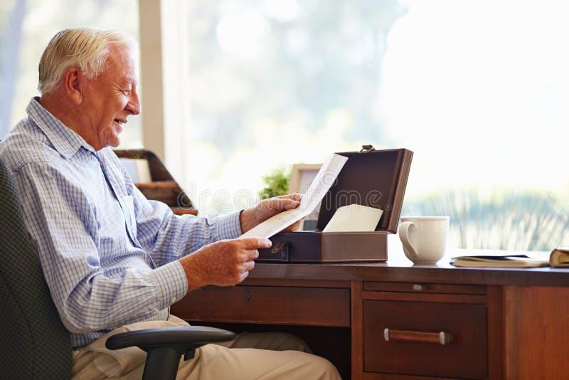 Старший человек кладя письмо в коробку Keepsake стоковое изображение rf