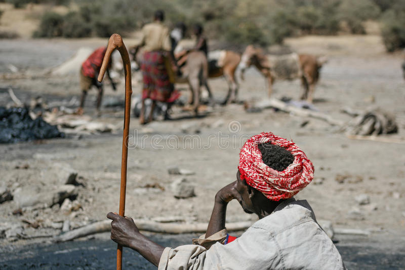 Старший человек наблюдает работниками к солевому руднику в бывшем вулкане стоковые изображения rf