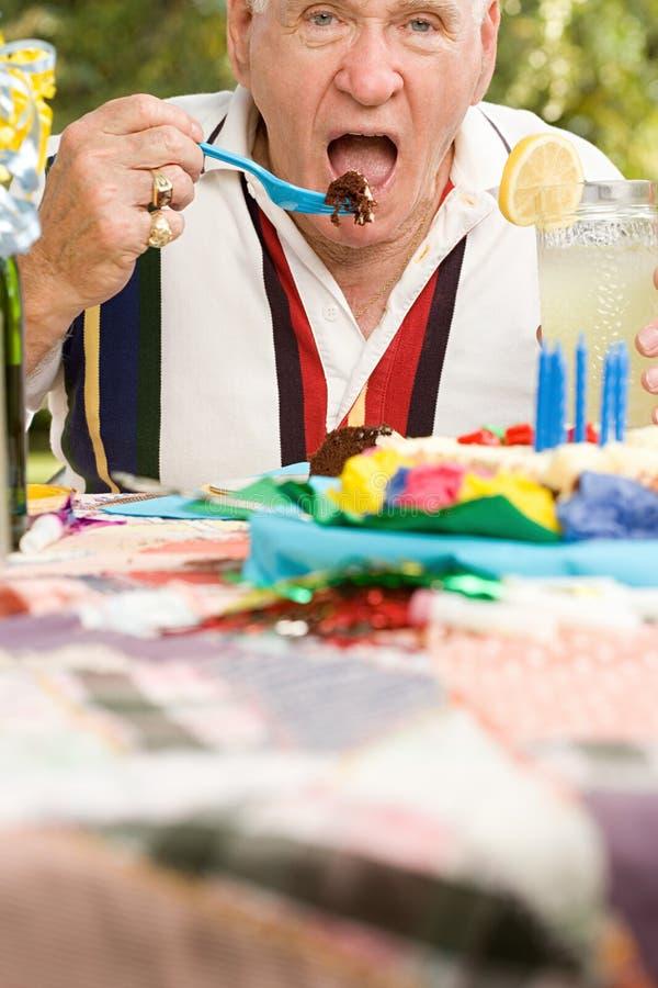 Старший человек на вечеринке по случаю дня рождения стоковое изображение