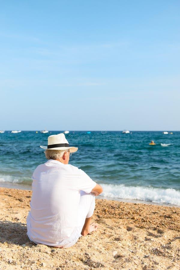 Старший человек на пляже стоковое фото rf