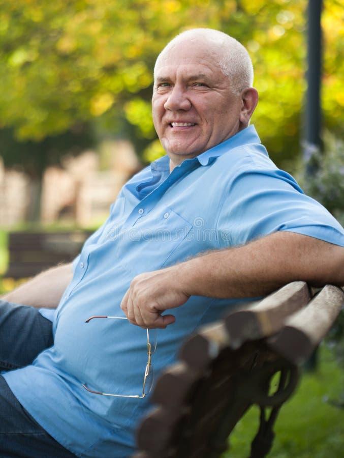 Старший человек на стенде во время дня осени стоковые изображения