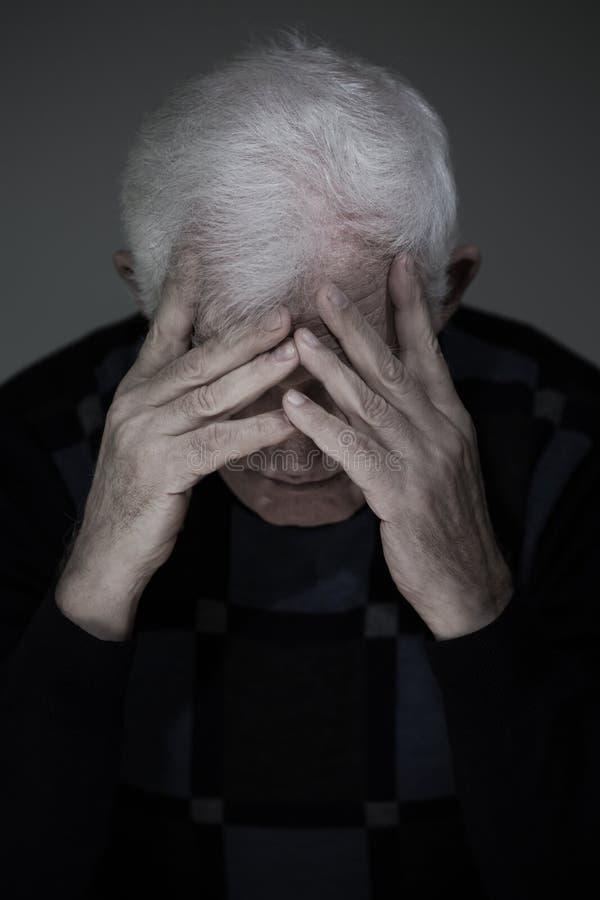 Старший человек страдая от глубокой депрессии стоковая фотография rf