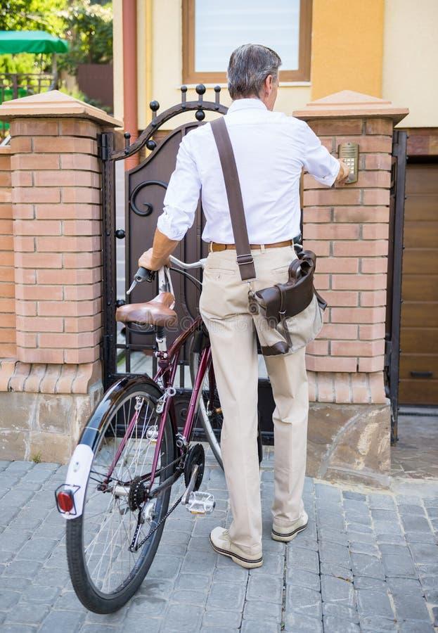 Старший человек с велосипедом стоковая фотография rf